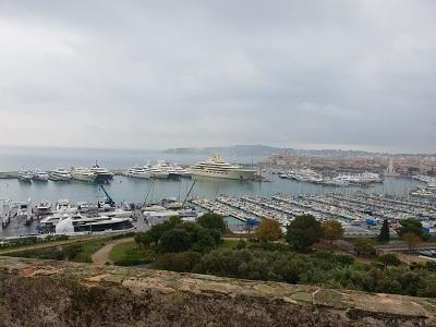 Blick von Fort Carré über den  Yachthafen